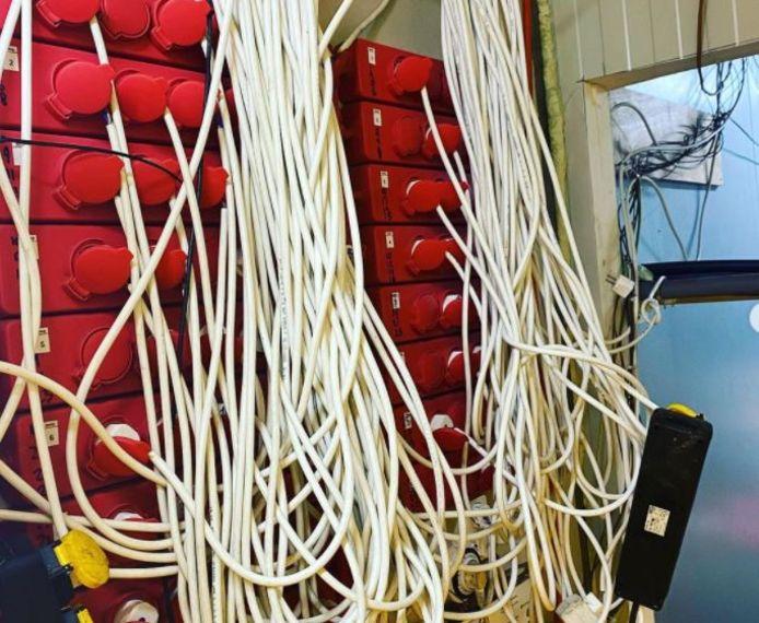 Een wirwar aan kabels zorgde voor de stroom in de hennepkwekerij aan de St. Teunisbloemweg in Nijmegen.