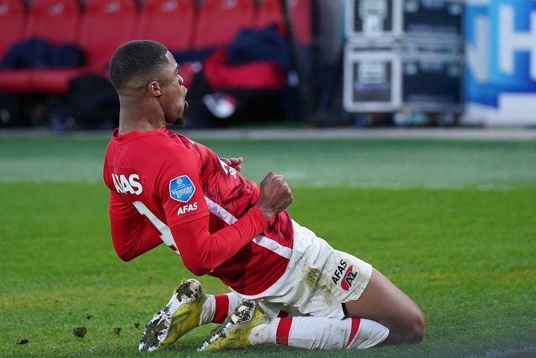 Myron Boadu van AZ viert één van zijn drie doelpunten in de wedstrijd tegen Feyenoord.  Beeld ANP