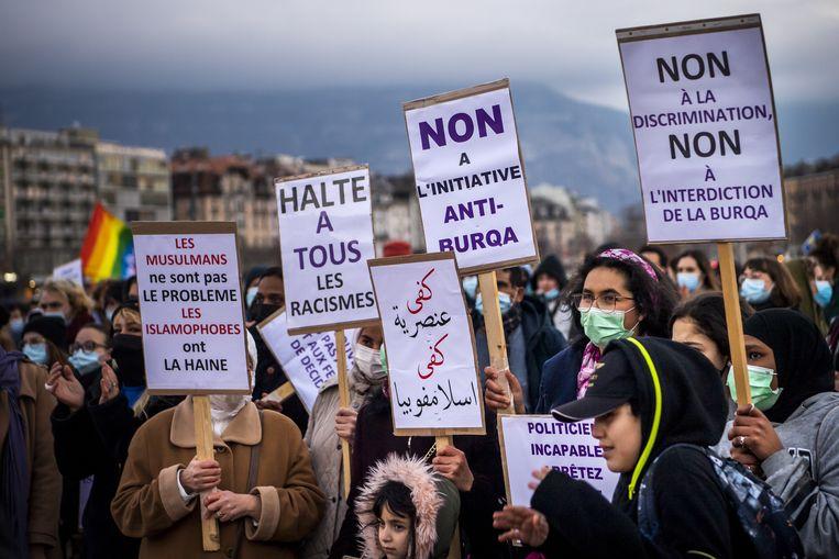 Tegenstanders van het verbod demonstreren in Genève. Beeld EPA