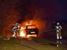 Rook onder motorkap slaat om in hoge vlammen: inzittenden kunnen auto in Goirle net op tijd verlaten