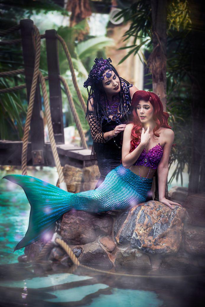 Kelly (l) en Chayenne (r) als zeeheks en zeemeermin. Ze namen de video's op bij Centerparks Erperheide.