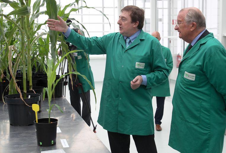 Dirk Inzé, wetenschappelijk directeur van het VIB, toont aan koning Albert ll hoe het VIB te werk gaat (archiefbeeld).