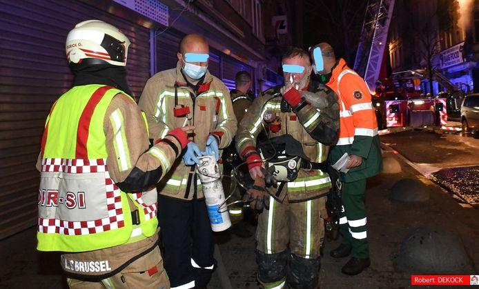 Ook vier brandweerlieden moesten afgevoerd worden naar het ziekenhuis.