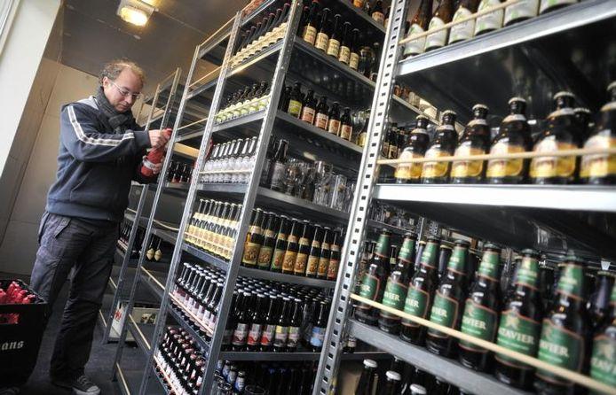 Arjan Buning in zijn koelcel vol speciale bieren. foto Jean-Pierre Reijnen