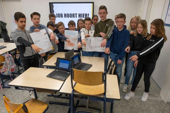 Klasgenoten van Eyup - die op school Job wordt genoemd - willen graag dat hij terugkomt naar Middelburg en naar hun Regenboogschool.