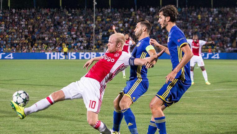 Ajax-speler Davy Klaassen (l) FK Rostov-speler Alexandru Gatcan (m) en FK Rostov-speler Cesar Navas (r) Beeld anp
