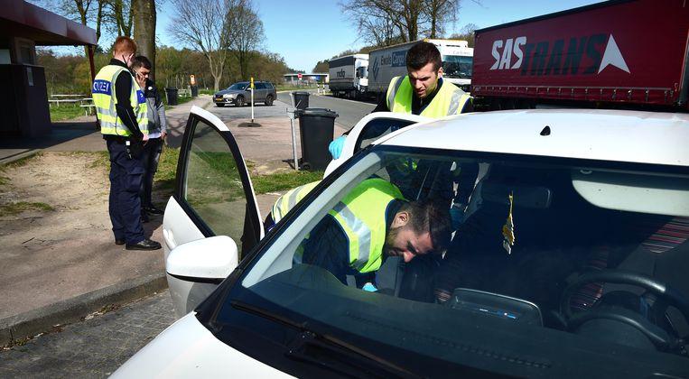 De Duitse politie controleert streng op wie er binnen komt bij de grens op de A12.  Beeld null
