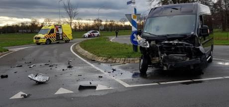 Enorme ravage na botsing tussen bestelbus en auto bij Heelweg: één gewonde