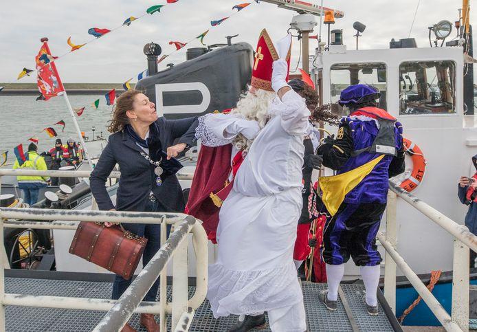Behalve allerlei coronamaatregelen, kreeg Sinterklaas bij zijn aankomst in Hansweert ook nog een straffe wind voor de kiezen. Dankzij filmopnames is de intocht toch nog door honderden kinderen bijgewoond.