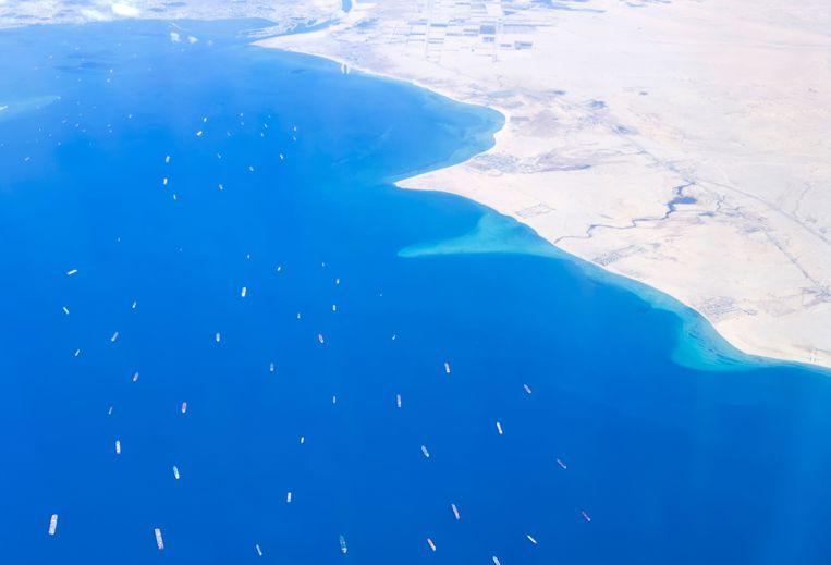In de buurt van het Suezkanaal is het aanschuiven geblazen: 321 schepen staan in de file. Beeld AFP