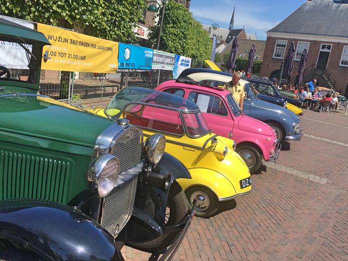 Een bonte verzameling old- en youngtimers streek zondag neer in het centrum van Budel.