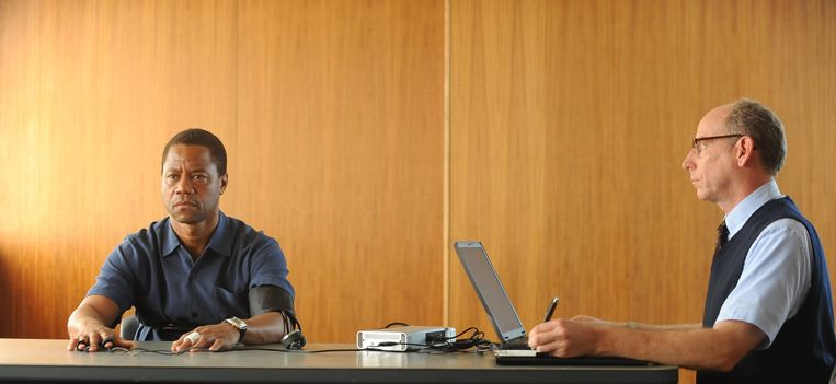 Cuba Gooding jr. mist de zachtere gelaatstrekken van O.J. Simpson, maar acteert als een reus. Beeld
