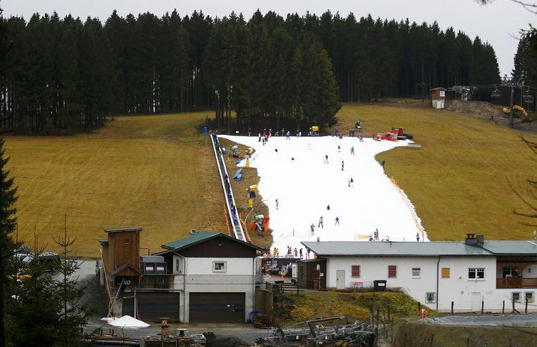 In het Duitse ski-oord Winterberg was voor sneeuwpret een kanon nodig. Beeld reuters
