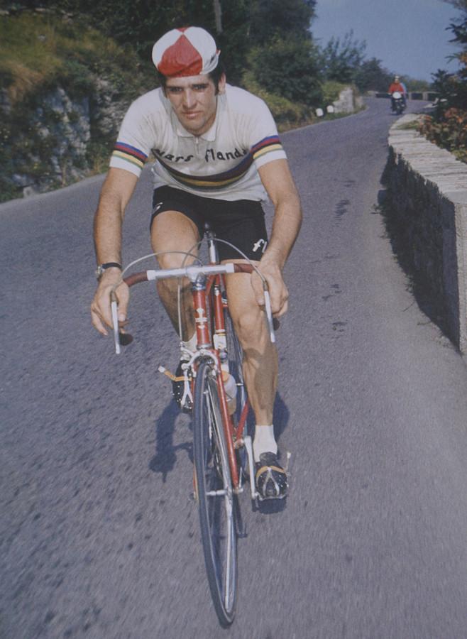 Jean-Pierre 'Jempi' Monsére. Hij stierf op 15 maart 1971. Vier dagen voor Milaan-Sanremo pikt de 22-jarige wereldkampioen nog snel even de kermiskoers in Retie mee. Halfweg koers laat hij zich uitzakken naar de laatste plaats in de kopgroep. Hij kijkt even achterom en knalt op een stilstaande auto. Monseré overleeft de klap niet.