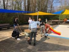 Vrijwilligers werken zich in Deldens zwembad slag in de rondte