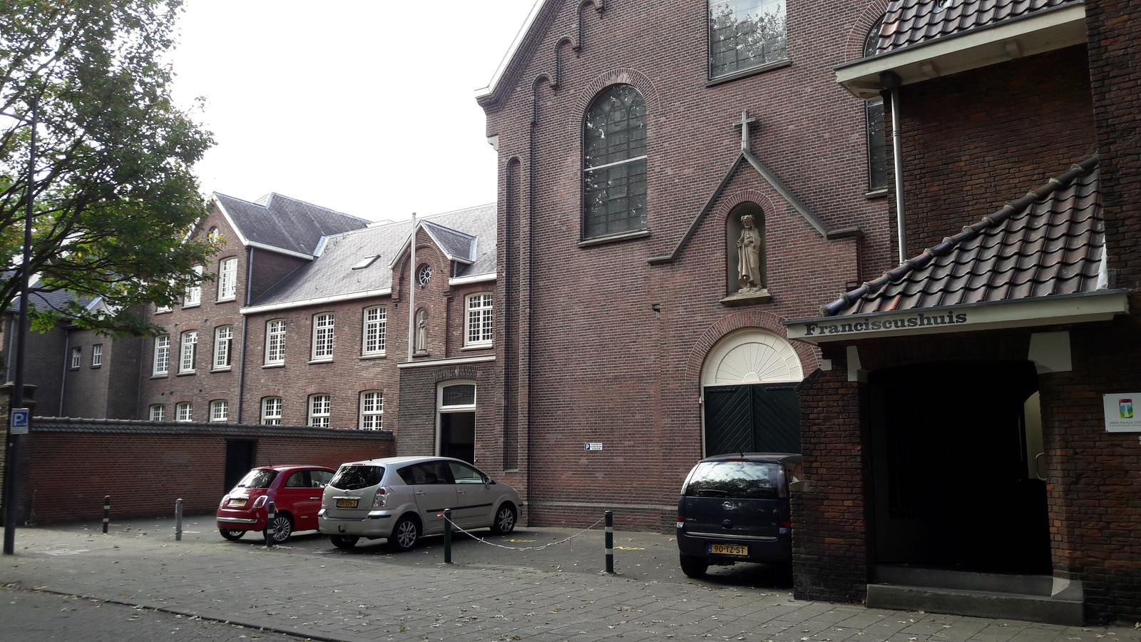 In het voormalig kapucijnenklooster aan de Van der Does de Willeboissingel zit nu Stadsklooster San Damiano.