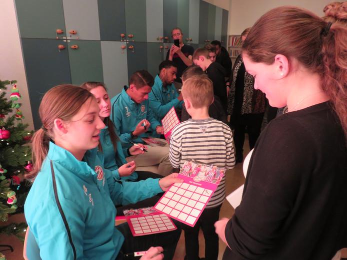 De PSV-spelers delen handtekeningen uit in het Elkerliek Ziekenhuis.