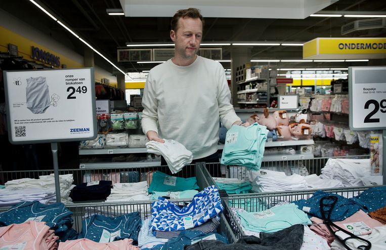 Arnoud van Vliet bij de bakken met kleding, alles zonder verpakking. 'Dat scheelt veel plastic en karton.' Beeld Jean-Pierre Jans