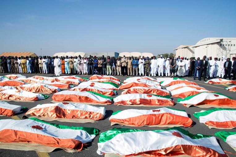 Familie en autoriteiten bidden voor de bij een aanval omgekomen soldaten aan de grens met Niger en Mali in december vorig jaar.    Beeld REUTERS/ Tagaza Djibo
