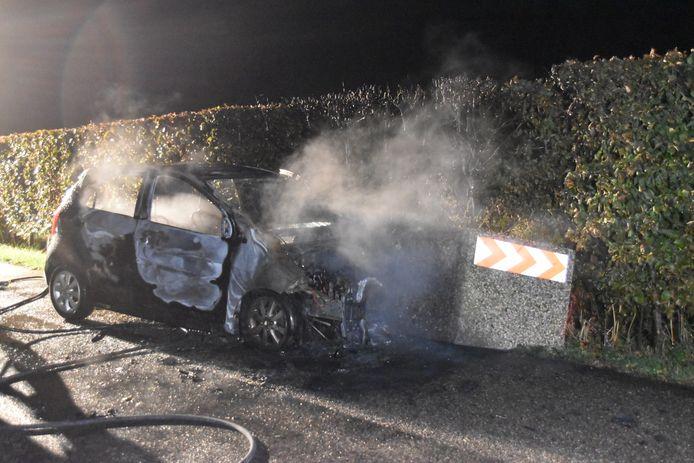 Bestuurder ontsnapt uit brandende auto, maar raakt wel gewond.