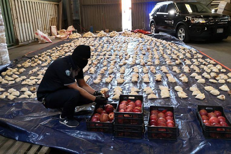 De douane in Saoedi-Arabië vond in april 2,4 miljoen Captagonpillen, verstopt in dozen met granaatappels. Saoedi-Arabië en de Verenigde Arabische Emiraten zijn de belangrijkste afzetmarkten voor de pillen, die daar als partydrug worden gezien.  Beeld Hollandse Hoogte / Abaca Press