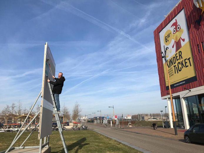 D66'er Lars Roodenburg plakt verkiezingsposters in Leidsche Rijn. Hij vindt het een 'belangrijke uitingsvorm van de mensheid'.