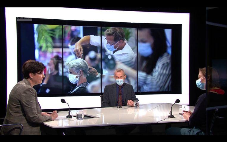 Erika Vlieghe en Frank Vandenbroucke mét mondmasker in de studio van 'Terzake' Beeld VRT