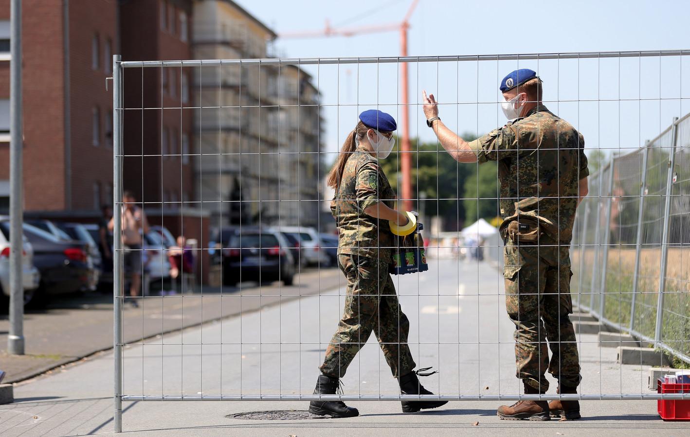 Na de uitbraak van het coronavirus bij vleesverwerker Tönnies wordt het leger en het Rode Kruis ingezet voor de bouw van mobiele teststations.