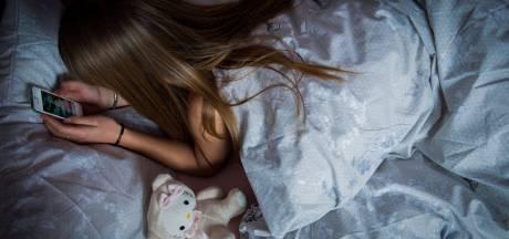 Ingrid uit Enschede baalt van verlenging avondklok, kinderen zitten alleen thuis: 'Ik heb geen oppas meer'