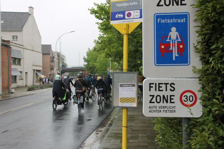 Enkele gemeenteraadsleden fietsten dinsdag de nieuwe fietszone in het centrum van Izegem. Heel wat centrumstraten zijn voortaan fietsstraten, zoals hier aan de Dirk Martenslaan.