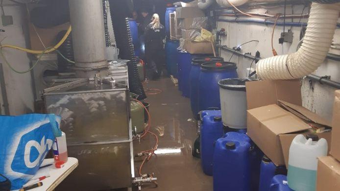 Verstopt achter de machinekamer van een zwembad bij een villa in Vleuten was een flink drugslab ingericht. De aan- en afvoer ging via een uitgebreid gangenstelsel.