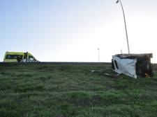 Land Rover-bestuurder slechts lichtgewond nadat auto van A59 kukelt