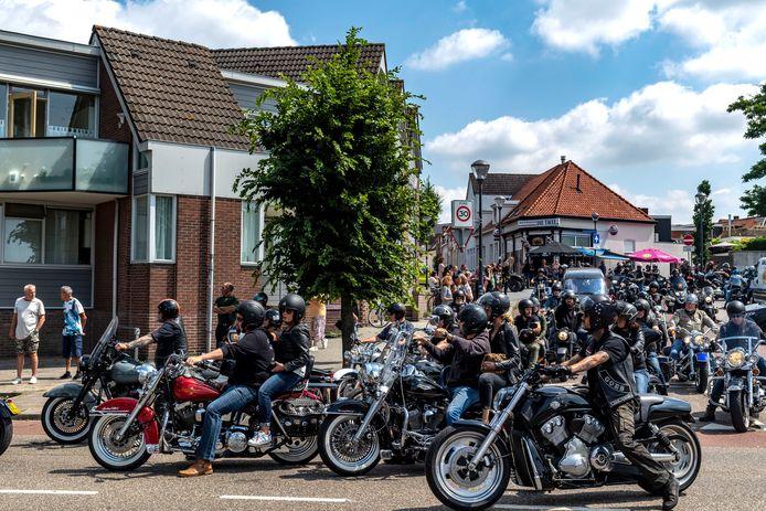 Helmen op, motors gestart. Een lange rij bikers begeleidde de overleden kroegbaas Richard Stols bij zijn laatste rit.