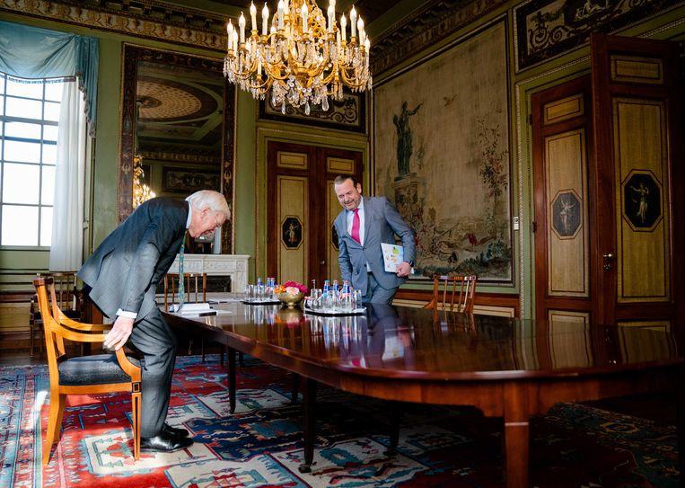 Informateur Herman Tjeenk Willink ontvangt de Nationale Ombudsman Reinier van Zutphen. Beeld ANP