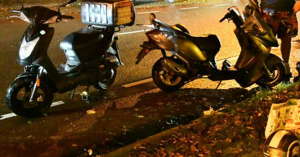 Twee scooterrijders gewond door botsing met auto in Enschede.