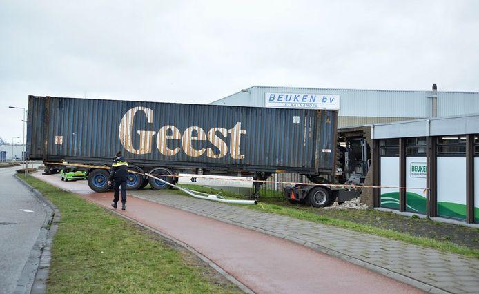 Vrachtwagenchauffeur rijdt bedrijfspand binnen in Bergen op Zoom.
