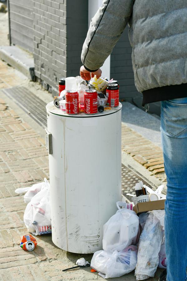 Veel vuilnis in en rond de vuilbakken (photo by Florian Van Eenoo/Photo News)