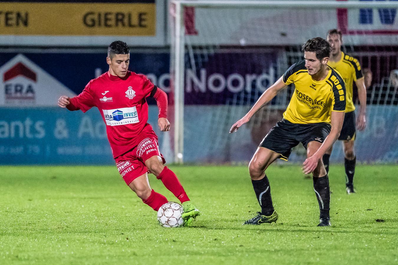 Tiago Faria da Silva in het shirt van Hoogstraten VV, in actie tegen Zwarte Leeuw, de club waar hij nu gaat spelen. Seizoen 2017-2018