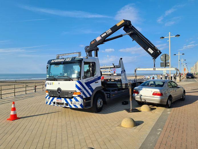 De bestuurder mispakte zich aan de betonnen bollen op de zeedijk en reed zich vast. Het was Depannage SOS die ter plaatse kwam om het voertuig te takelen.