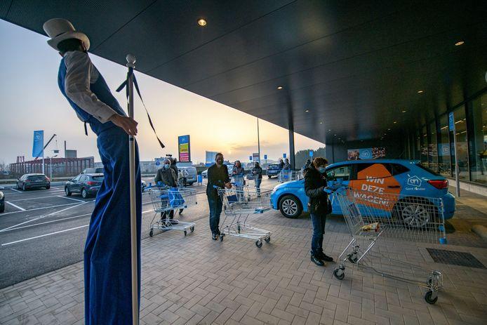 Shoppers kwamen aanschuiven aan de deuren van de nieuwe Albert Heijn.