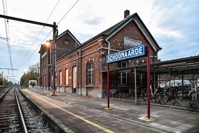 Het stationsgebouw in Schoonaarde dateert uit 1880.