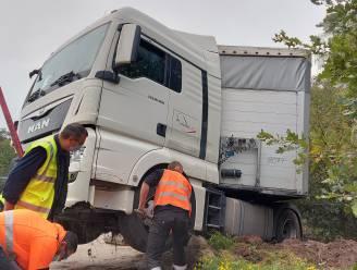 Vrachtwagen knalt op botsabsorbeerder aan wegenwerken op E34