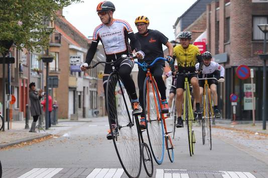 Arie Liefhebber tijdens een wedstrijd op de hoge bi. ,,In Nederland zijn er twee die wedstrijden rijden. Ik en iemand uit Heerlen.''