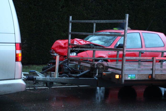 Een van de beschadigde auto's in Lunteren.