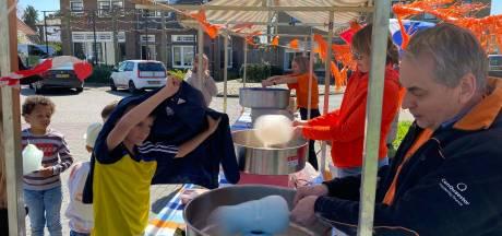 Geen kleedjesmarkt maar suikerspinnen draaien in Warnsveld: 'Alles om het oranjegevoel erin te houden'