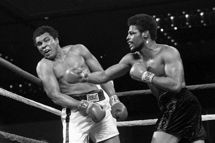 Met een rechtse hoek treft Leon Spinks (rechts) toenmalig wereldkampioen zwaargewicht Muhammad Ali in hun gevecht op 15 februari 1978 in Las Vegas. Spinks won verrassend van Ali.
