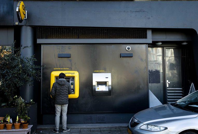 ABN Amro rekent vanaf 1 juli extra kosten voor klanten die meer dan 12.000 euro in een jaar aan contant geld opnemen. Voor studenten ligt de limiet op 6.000 euro.  Beeld ANP