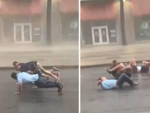 Ils défient dangereusement l'ouragan Ida en faisant des pompes  en pleine rue
