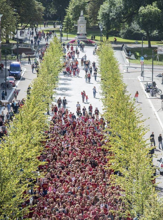 Zo'n 1.800 mensen verzamelen zich voor de groepsfoto, een van de hoogtepunten van de Redhead Days, in de pas opgeleverde Willemstraat. foto's ron magielse/pix4profs