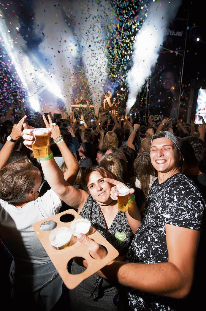 Hbo-introfestival: Mark en Kate genieten van een biertje tijdens het optreden van feest DJ Ruud